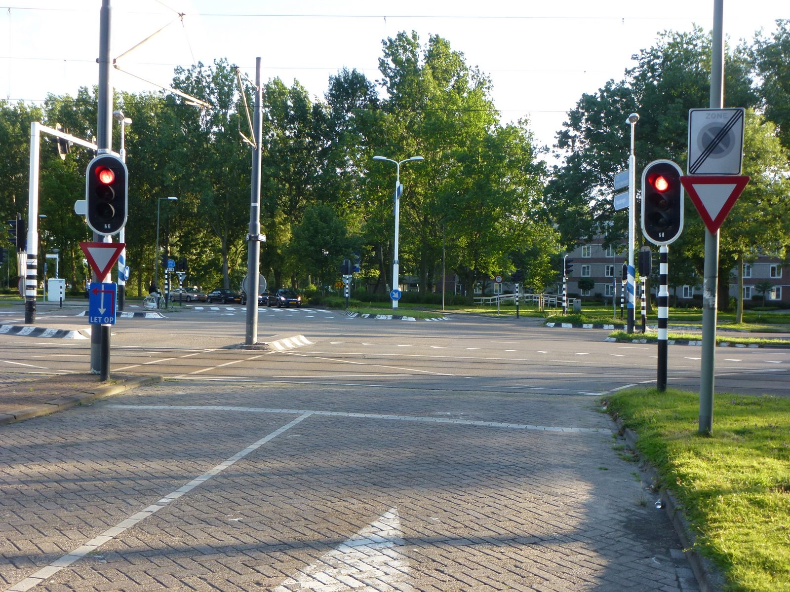 """Dutch traffic signals are mounted on the near side of the intersection, so a motorist who inches past the stop line, will lose sight of them. From the blog """"rEvolving Transportation"""""""